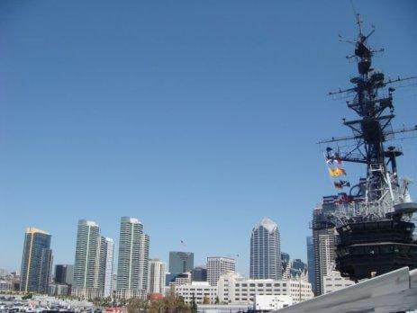Blick von der USS Midway 41 auf die Skyline von San Diego