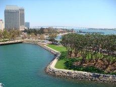 Blick von der USS Midway 41 im Hafen von San Diego