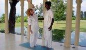 Frau dehnt sich im Ananda Spa Resort unter der Anleitung des Yogalehrers