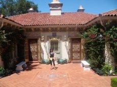 Spanische Architektur ziert das Haus der Bediensteten