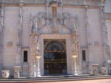 Eingangstür zum prunkvollen Schloss von William Randolf Hearst
