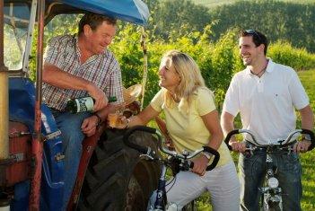 Radler und Winzer auf Traktor
