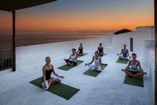 Yoga auf der Hotel-Dachterrasse, Sonnenuntergang am Maronti-Strand ©YogaMare