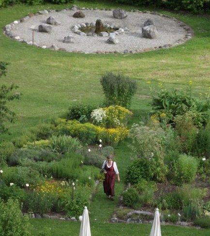 Frau Daberer im Kräutergarten