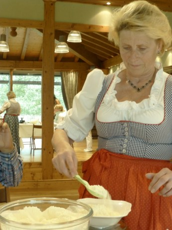 Martina Hüttinger -abmessen des Molkepulvers
