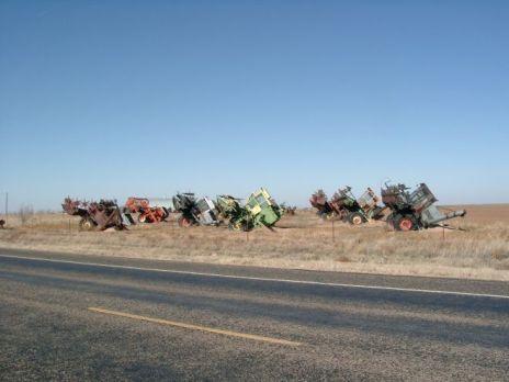 Halb eingegrabene Traktoren am Rand der 66 in der Nähe von Amarillo, Texas.
