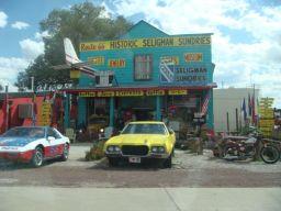 Bunte Souvenirläden schmücken den Ort Seligman in Arizona.