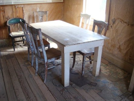 Alter Esstisch und Stühle in einem Bodie-Haus