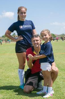 Foto 3, Bruce Radburn junto a sus hijas Allie y Victoria Radburn.