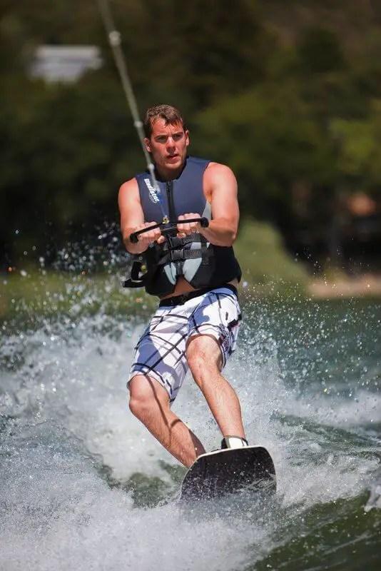 pratiquant de wakeboard