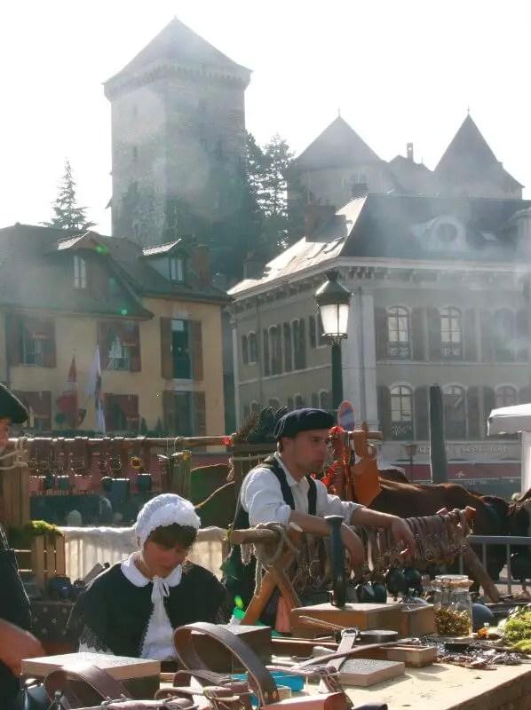 Stand d'artisanat traditionnel durant la descente des Alpages