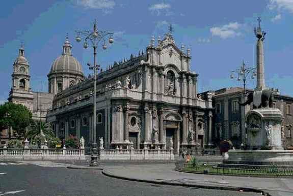 Duomo di Catania e obelisco dell'elefantino, conosciuto con il nome di Liotru
