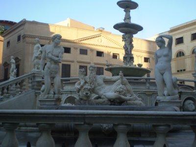 Particolare della Piazza Pretoria, conosciuta come Piazza della Vergogna, con immagine di statue nude.