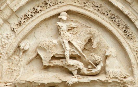 Particolare dell'immagine di San Giorgio che sconfigge il drago presente sul Portale di San Giorgio a Ragusa Ibla
