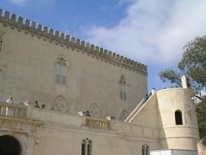 Vista dal basso della torre del Castello di Donnafugata a Ragusa