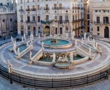 Piazza Pretoria o della Vergogna a Palermo vista da lontano e dall'alto.