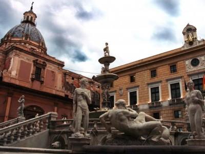 Particolare di donna nuda e di uomo nella Piazza Pretoria a Palermo, conosciuta anche con il nome di Piazza della Vegogna