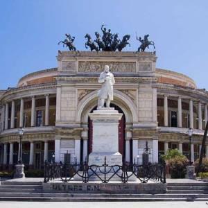 Facciata principale del Teatro Politeama di Palermo con particolare di statua al centro della piazza