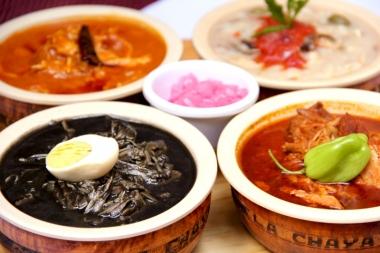 Cochinita pibil, pavo en Relleno negro, pav en sak-kóol indio y Queso relleno.