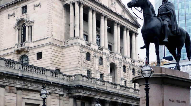 A picture of The Bank of England with a statue of The Duke of Wellington to the right. The BoE warns of a no-deal Brexit.