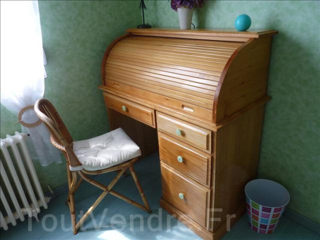 bureau secretaire en pin massif vernis et chaise en rotin 34164894