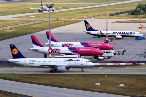 Egyetlen képen a három, legnagyobb forgalmat lebonyolító légitársaság Budapesten. Vajon mi a helyes sorrend? – itt: Budapest Airport.