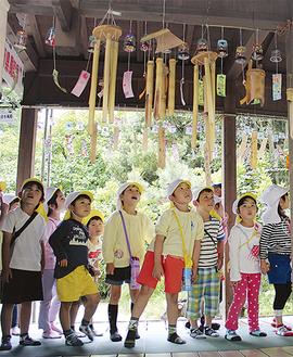 自分たちで作った風鈴を見つめる酒田保育園の園児