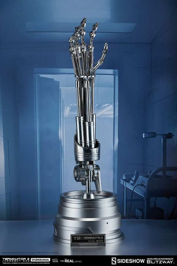 terminator2-judgment-day-t-800-endoskeleton-arm-and-brain-chip-collectible-set-sideshow-400355-04