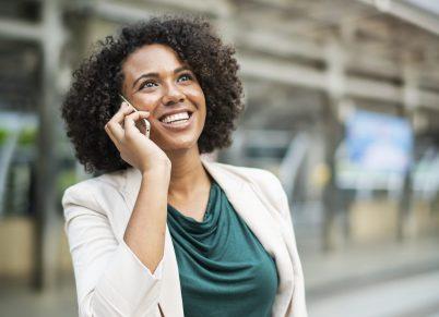 parlare donna comunicare felice  notizia PERCHÉ NON CONVIENE DIRE I NOSTRI PROGETTI