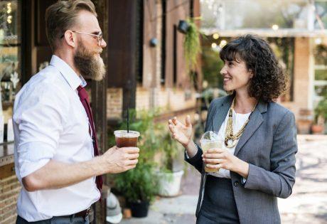 pareja hablar  contentos COMPRENDER LOS MECANISMOS DEL PENSAMIENTO