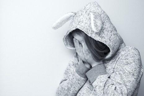 triste ragazza bambina persona solo pianto rifiuto L'EDUCAZIONE EMOZIONALE