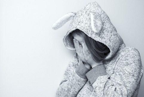 triste llorar sufrir rechazo solo soledad LA EDUCACIÓN EMOCIONAL