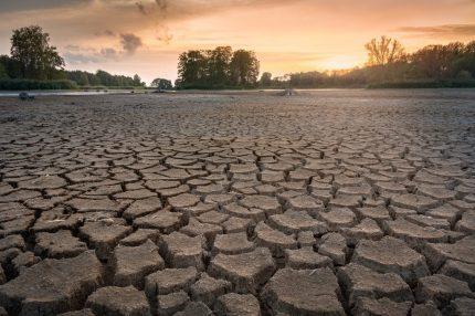 siccità  mancanza acqua  deserto caldo LA MACCHINA CHE È CAPACE DI PRODURRE ACQUA POTABILE ANCHE NEL DESERTO