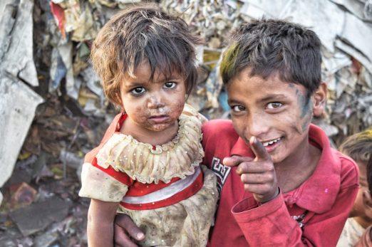 pobreza miseria niños hambre LA MAQUINA QUE ES CAPAZ DE FABRICAR AGUA POTABLE INCLUSO EN EL DESIERTO