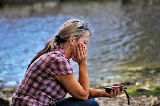 donna preoccupata triste QUANDO CI RIFIUTANO PERSONE CHE NON CI CONOSCONO