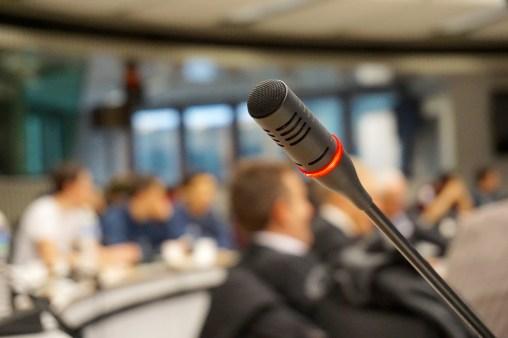 micrófono audiencia hablar en público EL PASO HACIA LA INDEPENDENCIA EMOCIONAL