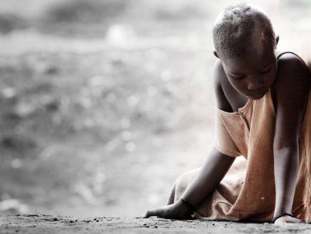 africa ragazza LA MACCHINA CHE È CAPACE DI PRODURRE ACQUA POTABILE ANCHE NEL DESERTO