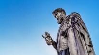 sacerdote romano statua