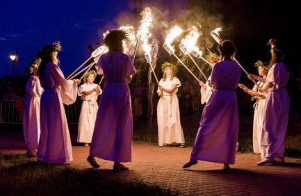 ritual ceremonia nocturna noche chicas fuego baile LAS HABAS EN LA RELIGIÓN ANTIGUA Y LA MITOLOGÍA