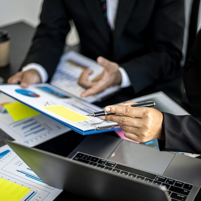 Executives,And,Accountants,Are,Holding,Company,Financial,Statements,And,Discussing