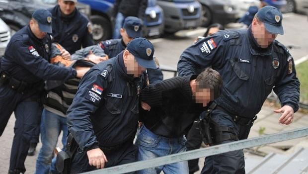 Photo of PETROVAČKA POLICIJA NE PRAŠTA: Uhapšeni zbog kretanja na javnim mestima za vreme policijskog časa