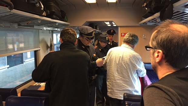 Photo of SRBIN UHAPŠEN U TRSTU: Naoružan i pijan pravio haos u vozu, tukao i psovao policajce