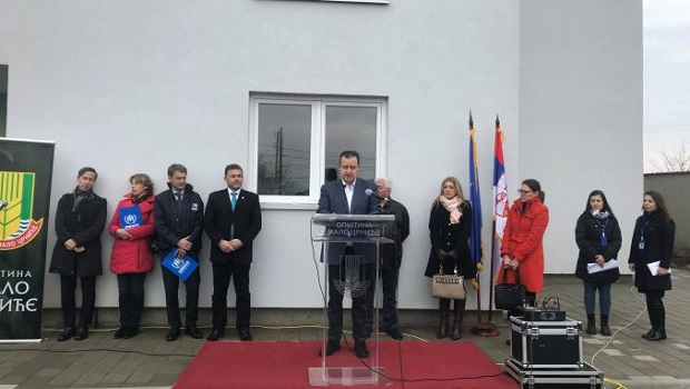 Photo of Dačić uručio ključeve stanova za izbeglice u Malom Crniću
