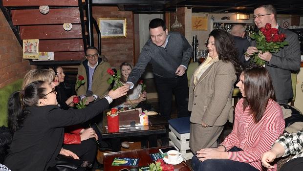 Photo of POVODOM 8. MARTA: Dame FOŽ SPS iz Požarevca, na kaficu sa svojim partijskim drugom (FOTO)