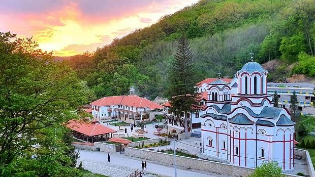 Photo of LEKARI NE MOGU DA OBJASNE: Roditelji malog Andreje otišli u manastir Tumane, zapalili sveću, i desilo se čudo!