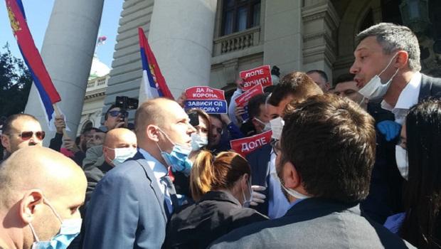 Photo of MEĐU UHAPŠENIMA I DRAGAN JOVIĆ IZ POŽAREVCA: Uhapšeno 15 članova Dveri nakon incidenta ispred Skupštine Srbije (VIDEO)
