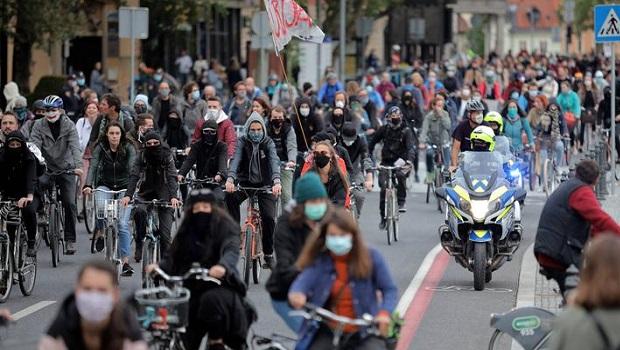 Photo of SLOVENCI USTALI PROTIV KORUPCIJE: Hiljade ljudi vozilo bicikle u vreme policijskog časa (VIDEO)