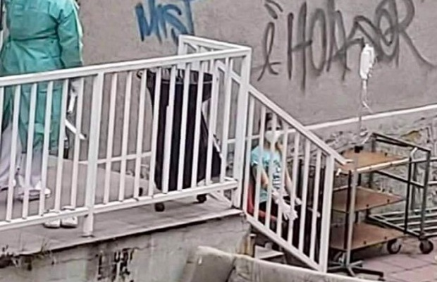 Photo of SLIKA IZ SRBIJE OBIŠLA SVET: Dete prima infuziji na stolici ispred bolnice!