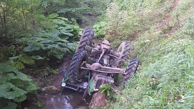 Photo of PREVRNUO SE PIJANI DRVOSEČA IZ STARČEVA: Traktorom sleteo sa puta sa 2,69 promila alkohola u krvi
