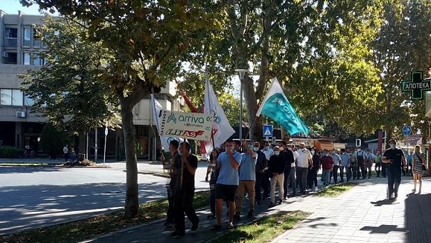"""Photo of ZBOG NEZAKONITOG TENDERA: Održan protest sindikata kompanije """"Arriva"""" ispred Skupštine grada Požarevca"""